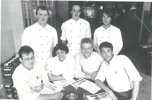 Trudy en Dick Heine (in het midden zittend) openden in 1994 een nieuwe brasserie genaamd Van Goyen