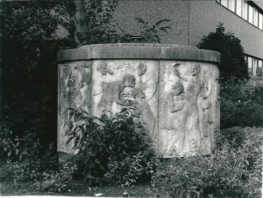 Detail beeldhouwwerk 'de Levensgang' van H.A.van den Eijnde aan de Van den Eijndekade, heden elders opgeslagen voor herplaatsing (foto Van den Eijnde)