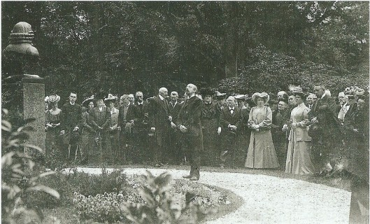 Onthulling in 1907 van een borstbeeld van Linnaeus op de Hartekamp bij gelegenheid van zijn 20oste geboortejaar