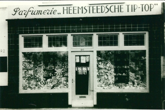 Voorgevel van Parfumerie 'Heemsteedsche Tip-Top', Raadhuisstraat 90