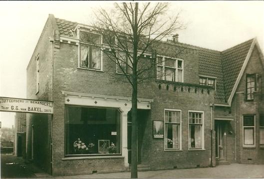 Stoffeeerderij en behangerij G.S.van Bakel op een foto van 15 april 1928 toen de firma een kwarteeuw bestond