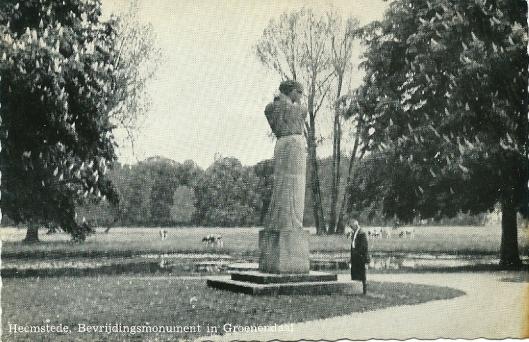 Het Bevrijdingsmonument aan de Vrijheidslaan bij Groenendaal, vervaardigd door beeldhouwer Mari Andriessen op een ansichtkaart uit 1950