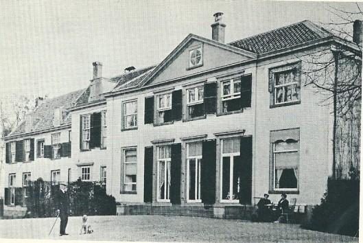 De achterkant van Meer en Berg. Jhr. Deutz van Lennep met hond en tegen het huis zittende mw. Isabella Deitz van Lennep-Teding van Berkhout met een onbekende. Gefotografeerd door Adriaan Boer uit Bloemendaal