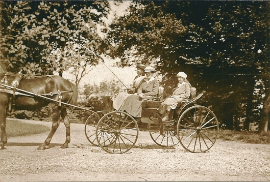 De familie Aberson in hun rijtuig