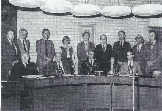 De gemeenteraad van Bennebroek onder voorzitterschap van burgemeester Hnas de Widt, november 1979. Rechts van hem wethouder K.Zwetsloot gezeten en helemaal links wethouder G.J.Korteling. De heer De Widt is na Bennebroek burgemeester is Best geweest en vervolgens van Soest.