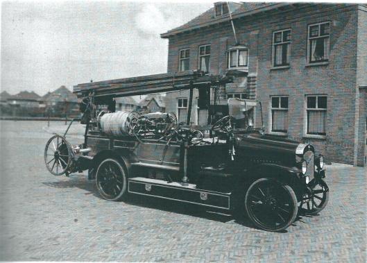 De firma J.Geesink en Zonen te Weesp leverde in 1924 een hypermoderne Magirus automobo\iel brandspuit inclusief o.a. een hogedruk persslang van 250 meeter en een capaciteit van 1000 liter per minuut. Vandaag is de dag is de brandweerauto een museumstuk van de Heemsteedse brandweer