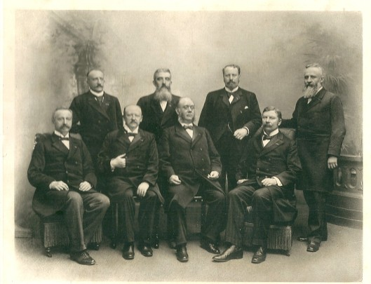 Foto uit omstreeks 1900 met de volgende ministers rond Pierson. Staand v.l.n.r. luitenant-generaal K.Eland, mr. W.H.de Beaufort, C.Lely, mr. W.A.Cort van der Linden; zittend v.l.n.r.  jhr. J.A.Roëll, mr.H.Goeman Borgesius, mr.N.G.Pierson en J.T.Cremer.