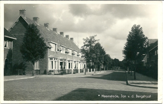 Ansicht van de Jan van den Berglaan, lopende van het Res Novaplein naar Esdoornkade