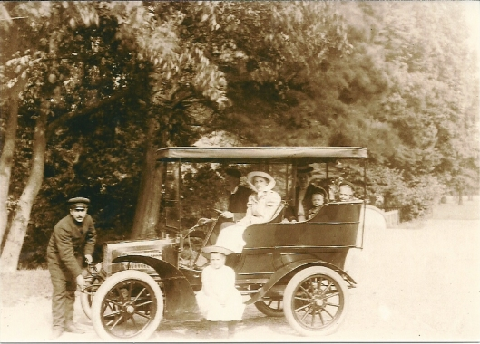De familie Aberson met chauffeur in het nieuwe gemotoriseerde rijtuig