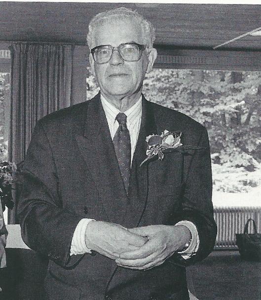 Pastoor De Vries nam in 2004 afscheid van zijn parochianen in Het Overbos. Niet meer in de pastorie bleef hij wèl in Heemstede wonen.