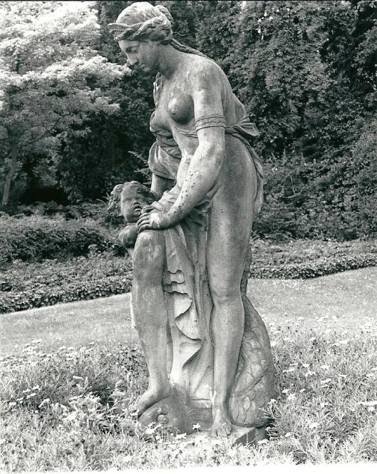 18e eeuws beeld van Venus en Cupido (Ariadne en Eros) in de tuin van het Raadhuis, afkomstig van de buitenplaats Bosbeek (foto Vic Klep)