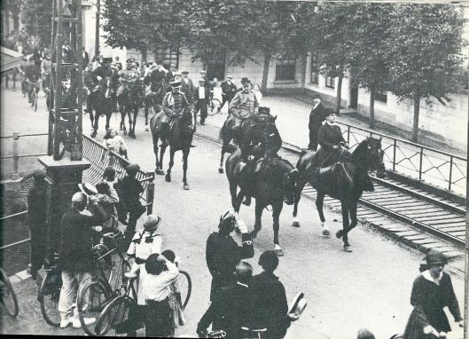 2 augustus 1915: Koningin Wilhelmina bezoekt tijdens de mobilisatie Bennebroek en Heemstede en passeert hier de IJzeren Brug