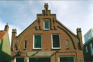Voorgevel van het pand Raadhuisstraat, gebouwd in 1910 en waarvan de gevelsteen 'Vleeschouwerij' ondanks nieuwe bestemmingen bewaard bleef