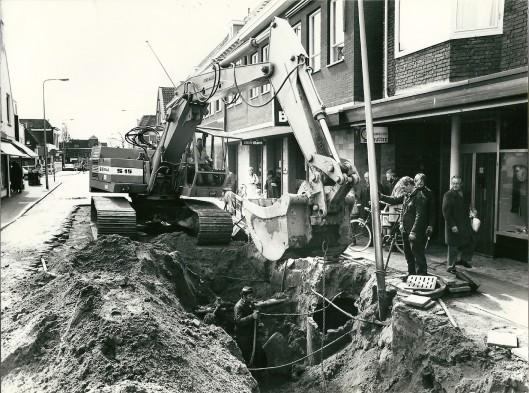 Grondwerk aan het begin van de Binnenweg nabij de IJzeren Brug met rechts juwelier Schutter (1984)