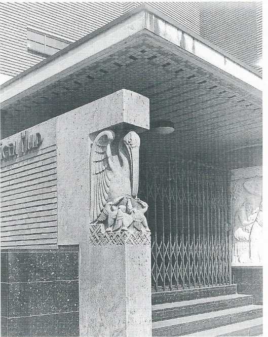 Entree van hoofdkantoor OLVEH verzekeringen in Den Haag, 1933-1934 gebouwd en in 1969 gesloopt. De pelikaan is in 1979 herplaatst op de middenberm van Laan van Rozenburg, maar de console ging nagenoeg verloren.