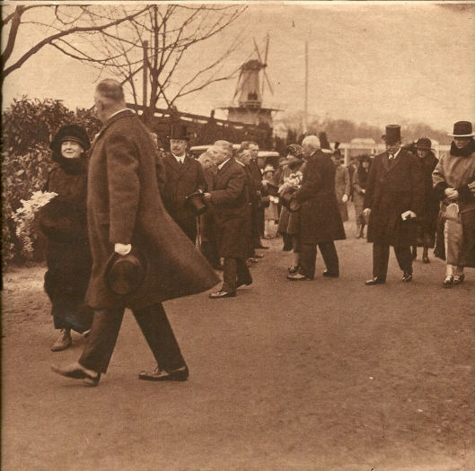 Uit de Katholieke Illustatie van 1925: 'De koninklijke familie bezoekt de bloemententoonstelling. Met een geheel nieuwe expositie in de grote hall is de internationale Voorjaars-Bloemententoonstelling te Heemstede haar tweede phase ingetreden. Op den eersten dag daarvan 26 Maart gaf onze Koninklijke Familie door een bezoek van haar belangstelling blijk. Op onze foto bij de aankomst genoren, ziet men Hare Majesteit, begeleid door de heer E.H.Krelage, voorzitter, - H.K.H. Prinses Juliana, met den heer H.J.Voors, algemeen secretaris, - en Z.K.H. Prins Hendrik, in gezelschap van den heer Jan Roes, onder-voorzitter der bloemententoonstelling.