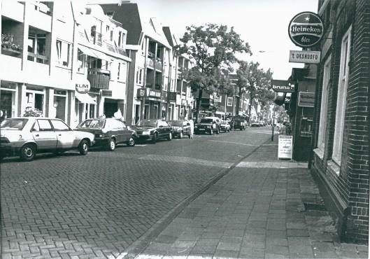 Bebouwing van de Raadhuisstraat op een foto uit 1980
