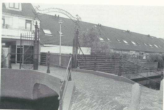 Poort 'Nieuwe Tijden, Nieuwe Dingen' op de Res Novabrug over de Blekersvaart. Het hek met een verwijzing naar de pauselijke encycliek 'Rerum Novarum' over verbetering van sociale toestanden, o.a huisvesting voor arbeiders, is in 1910 geplaatst bij de bouw van het Res Novaplein en omgeving door woningbouwvereniging Berkenrode. In 2004 is de oude brug compleet gerenoveerd met brugleuning en monumentale hekwerk.