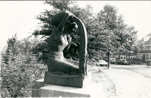 Beeld van 'de Waterdraagster' door H.A.van en Eijnde op de Bronsteebrug Heemstede (foto Vic Klep)