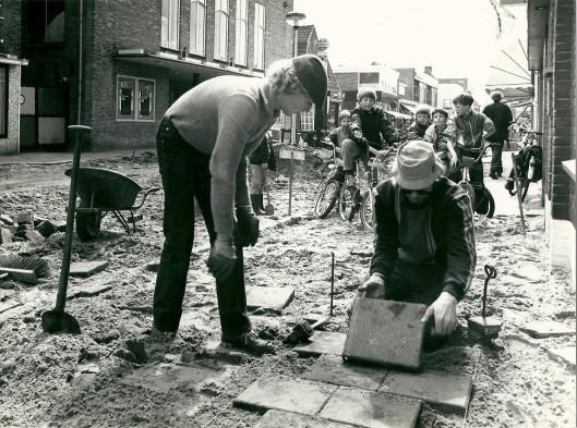 Het leggen van stoeptegels ter hoogte van het Minervatheater (1984)