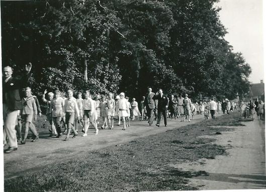 Leerlingen van de Bronstee-school op Koninginnedag op weg naar Groenendaal, circa 1950