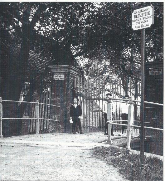 De toegangspoort van landgoed Elswout met bord 'Kom der Gemeente Heemstede ingevolge het reglement op de wegen in Noord-Holland (foto Jan Smit)