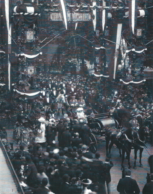 H.M.Regentes Emma en H.K.H. prinses Wilhelmina tijdens een bezoek aan Heemstede op 23 september 1892. Op de Fonteinlaan was een ereboog opgesteld