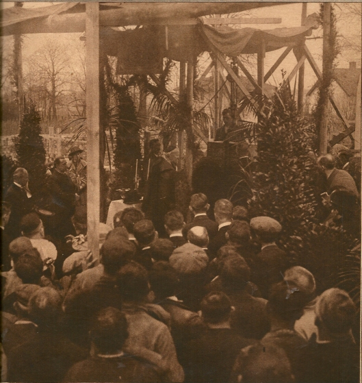 Plechtige eerste steenlegging van het nieuwe seminarie Hageveld. Op het feestelijk terrein, de voormalige buitenplaats 'Clooster' te Heemstede, verrichtte Z.D.H.Mgr, A,J,Callier, bisschop van Haarlem, de plechtigheid der eerste steenlegging van het nieuwe Seminarie. Deze foto is genomen op het ogenblik dat Monseingneur, na de oorkonde te hebben ingemetseld, de steen wijdde. Vervolgens werd deze op de door Monseigneur met kalk overstreken steenlaag neergelaten. Juist 105 jaren vroeger, 2 mei 1817, werd het eerste seminarie Hageveld (te Velsen) met één leerling geopend, terwijl 2 mei 1898 de wijding geschiedde van Haarlems Kathedrale ker. (Katholieke Illustratie, 10 mei 1922)