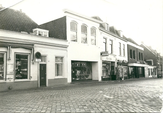 Raadhuisstraat vanaf IJzeren Brug zuidwaarts. Foto uit circa 1950. Links sigarenzaak nummer 98, dan nr.96 (woning), 94 met 3 bovenraam, nu slagerij V.d.Geest. Daarnaast 94 toen Paul Tibbe (schildersbedrijf), voordien Ebbers.