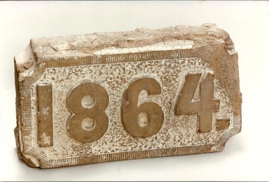 Na sloop van de Belvedère zijn twee stenen met 'anno' en '1864' [= jaar van de verhoging] door een liefhebber van oudheden veilig gesteld en in 1987 aan de bewaarcollectie van de VOHB/HVHB geschonken