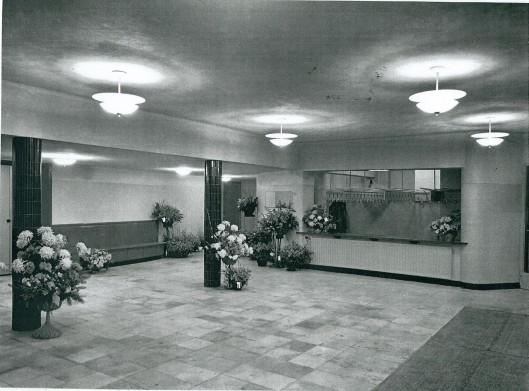 De hal/garderobe van het Minerva theater bij de opening in 1958