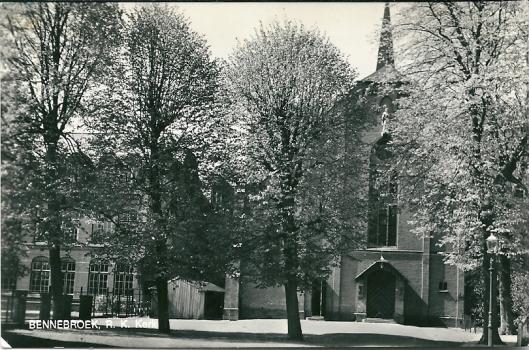 Oude ansicht van de rooms-katholieke Sint Josephkerk en Franciscus basisschool in Bennebroek. Een uitgave van boekhandel 'Bevo'