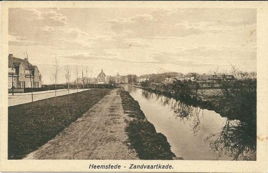 De Zandvaartkade omstreeks 1927 met op de achtergrond de koepel van kleinseminarie Hageveld