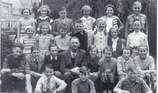 De zesde klas van de Nicolaas Beetsschool in Heemstede in 1953. Vooraan zittend van links naar rechts: Henk Ree (van de verfwinkel aan de Binnenweg), Jan Brouwer en Frans van der Heijden. Rij daarboven: Wim Giebel, Harry Bruinsma, Leopold Beels (zoon van de destijds bekende rallyrijder Lex Beels van Heemstede uit de Molenlaan), J.B.Kijne (hoofdonderwijzer), Henny van der Pligt, Hanny van Soest, Hetty Bloemendal, Cora Rekkers. 1e rij staande: Diny Redelaar, Dini Leysen, Richard van Dijk, Jan Bloemendal, Marjan Verjaal, Lotti Voûte (opgeleid als binnenhuisarchitecten en vanaf 1965 één van de bruiden van de in 2005 overleden kunstenaar Anton Heyboer), Gerard Nieuwendijk,. Bovenste rij staande: Netty ofwel Jeanette Klijn, Elly van Andel, Tjeerd IJtsma, Ria Jurgens, Rietje van der Staaij en harry Kruiderink (de latere gemeenteambtenaar bij de afdeling Bevolking).