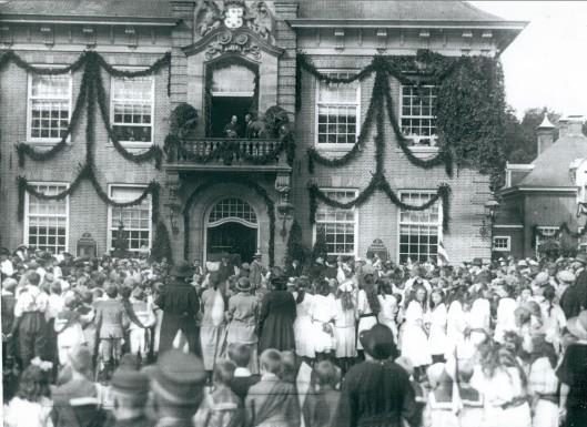 In 1910 bezocht prins Hendrik na de bloemenflora in de Haarlemmerhout het raadhuis in Heemstede en liep bijna heel Heemstede uit.