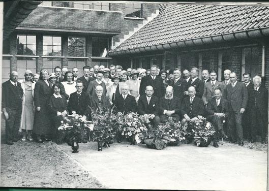 De vader van Wim Verspoor was A.J.Verspoor, architet van beroep en gemeenteraadslid voor de PvdA van 1945 tot 1958. Op deze foto van de oficiële opening van het nieuwe Gezondheidshuis in Heemstede op 15 juli 1933 zit hij als architect van het gebouw helemaal rechts.