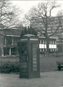De door Royal Leamington Spa aan Heemstede geschonken Engelse telefooncel ging helaas ten gevolge van vandalisme veroren (foto V.C.Klep)