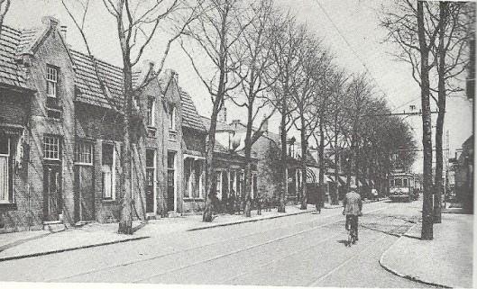Een deel van de Binnenweg in Heemstede dat de laatste halve eeuw sterk is gewijzigd. Rechts het begin van de Spaarnzichtlaan. Links bevindt zich nu o.a. Blokker, voordien een supermarkt van Albert Heijn.
