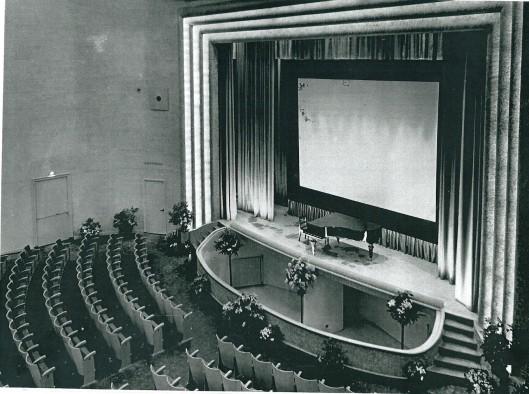 De grote zaal multifunctioneel gebruikt voor theaterstukken, cabaret, muziekuitvoeringen, lezingen/voordrachten filmvoorstellingen
