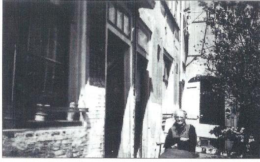 Het voormalige hofje aan de Kerklaan in Heemstede tussen de nummers 33 en 37 Zittend: mevrouw Venlik