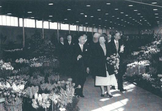Rondgang van koningin Juliana op de Flora in Groenendaal in 1953. Rechts van haar burgemeester mr.A.G.A.ridder van Rappard en links voorzitter jhr. dr. O.F.A.H.van Nispen tot Pannerden.
