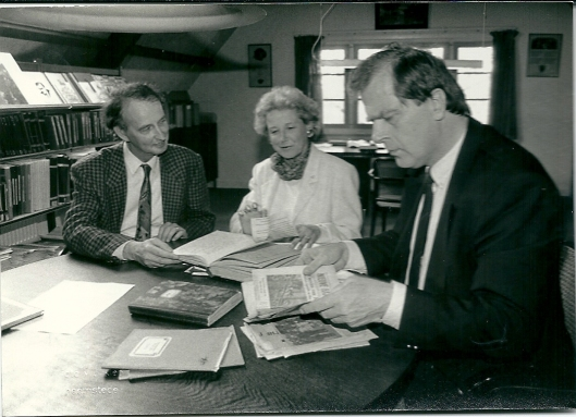 Hans Krol (links) en Mrcel Bulte (rechts) bekijken het oorlogsdagboek van mevrouw E.L.Harms
