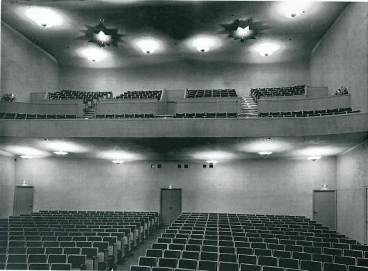 Gezicht op zaal en balkon van het Minerva theater in Heemstede