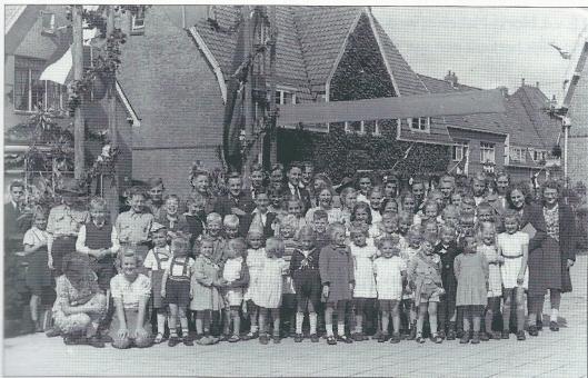 De Bronsteeschool op 31 augustus 1945 bij de viering van de eerste Koninginnedag na de Tweede Wereldoorlog.