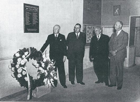 Herdenking van de gevallenen bij de opening van het nieuwe clubhuis van H.F.C. in 1949. Op de herdenkingsplaquette staan de namen 26 omgekomen H.F.C.'ers waaronder drie uit Heemstede: W.Denijs, M.Dirken en P.H.Lokman. Op de foto uit een gedenkboek van H.F.C. zien we van links naar rechts de bestuurders W.J.H.Mulier, P.C.van Houten, dr, C.Spoelder en K.J.J.Lotsy.