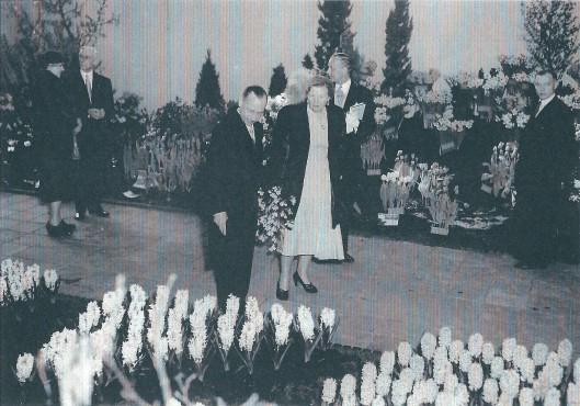 Rondgang van koningin Juliana in het bloemenpaleis van de Flora 1953