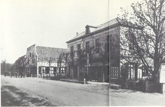 Vooraan rechts van de Herenweg 'Poslust' en daarnaast het 'Posthuis' op een foto uit omstreeks 189.