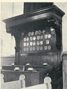 Foto van de 'Herenbank' in de Hervormde Kerk te Zandvoort met 22 wapenschilden, waaronder van Jan van Marselis (gehuwd met Maria Rijnbrandina Agnes Buteaux), Johanna Henriette van Marselis, Maria Petronella van marselis (gehuwd met Jan Hartsinck).