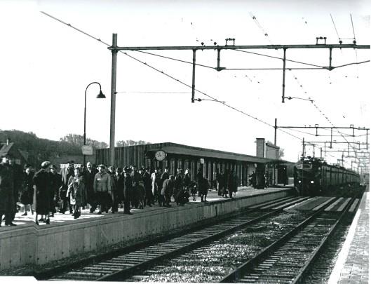 De eerste trein (treinnummer 739) rolt op 13 april 1958 het nieuwe station Heemstede-Aerdenhout binnen met hoogspoor