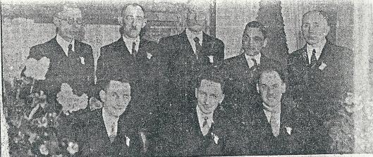 Het bestuur van ijsvereniging de Volharding dat bij het 25-jarig bestaan voor een receptie in het restaurant van landgoed Groenendaal bijeenkwam in 1942 Zittend v.l.n.r.: G.J.Arnold (penningmeester), G.H.Onstein (voorzitter), P.G.Tromp (secretaris); staand: H.D.Komen, B.J.van der Linden, H.Mulder, H.J.Scholtmeyer en D.Kikkert. Nico van der Linden ontving in 1973 na 40 jaar lid van de gemeenteraad te zijn geweest de gouden erepenning van de gemeente. Dirk Kikkert was hoofd van de Dreefschool en in de winter, woonachtig aan de Wagnerkade, ijsmeester van de Volharding.